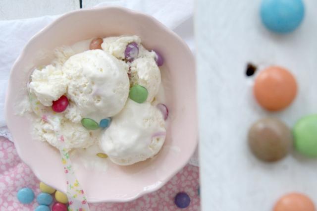 helado de vainilla y lacasitos